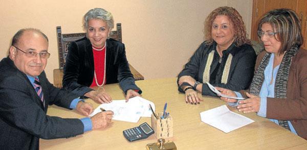 Enrique Sales, presidente de la fundación; la notaria Inmaculada Nieto; Nieves Ruiz, directora de la entidad, y Francisca Sau, secretaria.